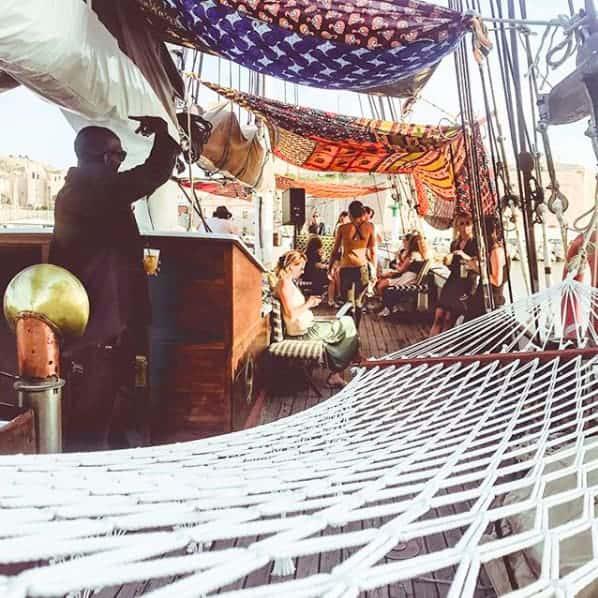 Le bar sur la mer